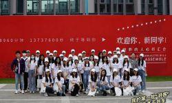 北京電影學院21級表本新生大合照 丁程鑫站后排模樣乖巧