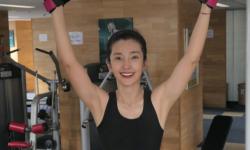 48岁李冰冰晒健身照,大方展示身体优美曲线,黑色短上衣秀A4腰