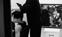 易烊千璽出席電影《長津湖》首映禮 曬活動黑白幕后照