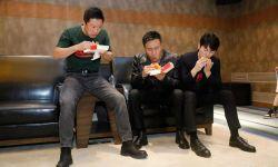 电影《长津湖》首映花絮 吴京吃汉堡被噎成表情包