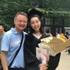 57歲歐陽奮強與家人旅游,女兒五官驚艷,中戲畢業繼承父親天賦